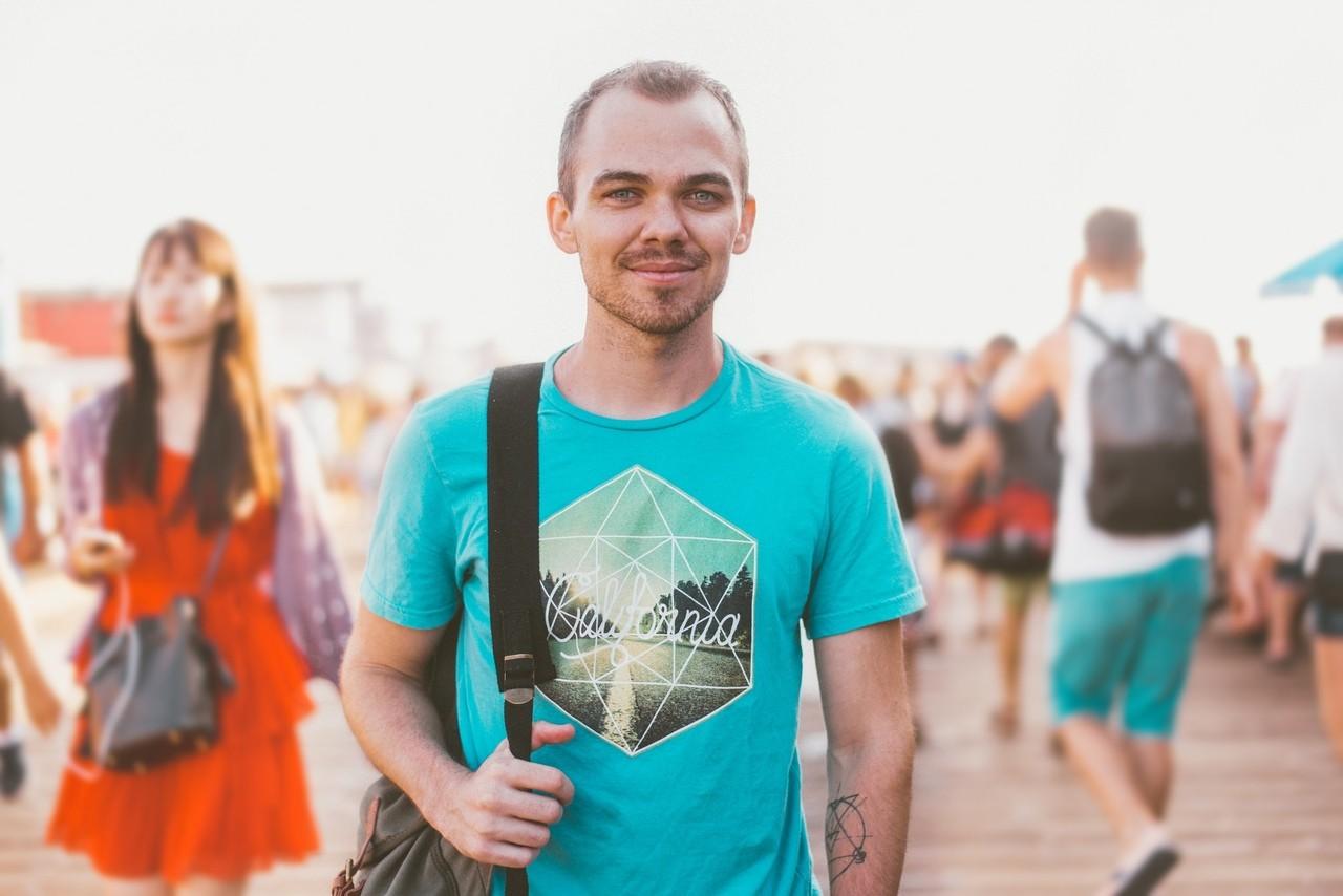 homem de azul sorrindo